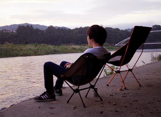 河原に椅子を置いてのんびりしていると