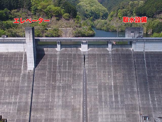 松田川ダムは右岸側(向かって左)にエレベーター塔、左岸側(向かって右)に取水設備がある
