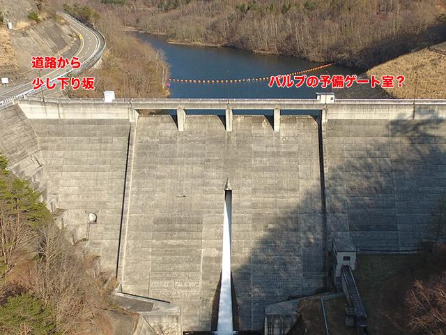 古谷ダムはエレベーター塔がない。もしや階段のみ?あと横の道路からダムが一段低くなっている