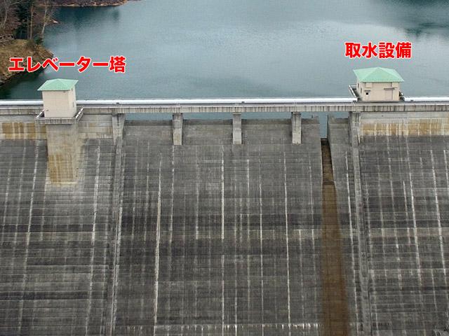 琴川ダムはエレベーター塔、取水設備ともにモスグリーンの屋根がかわいい