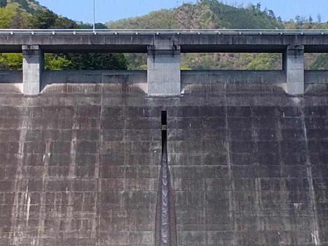 松田川ダムの常用洪水吐はとにかく細い!調べたところ高さ70cm、幅60cmでこれまで見た中でいちばん小さいかも