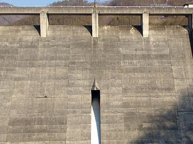 古谷ダムの常用洪水吐は非常用から流れてきた水を分けるための屋根(デフレクター)がついている。あと位置がけっこう下の方で、洪水調節容量が大きいのかも知れない
