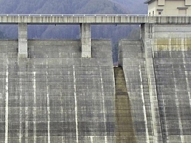 いちばん特徴的なのが琴川ダムの常用洪水吐。4つ並んだ非常用洪水吐の端についていて、さらに穴ではなく切り欠きである