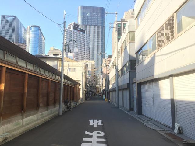 左手には壁、右手にはシャッターが続いている。これを商店街だと思えという方が難しい。