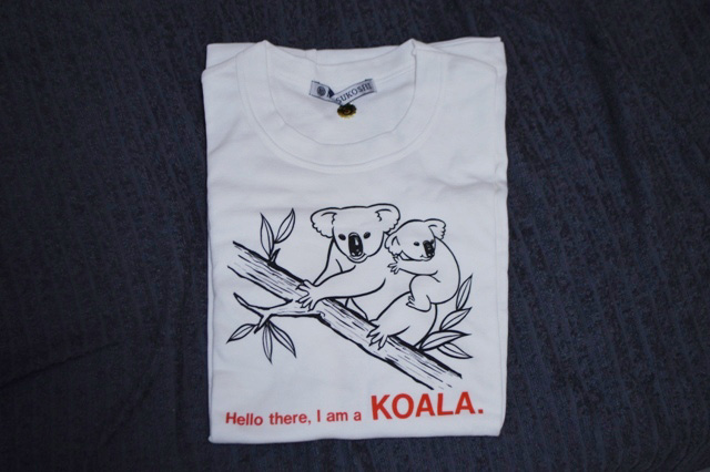 紙モノは恐れ多くて手が出せなかったが、誰も買い手がつきそうになかったコアラのTシャツを100円で落札してみた。首のタグに「MITSUKOSHI」と書いているところがポイント。