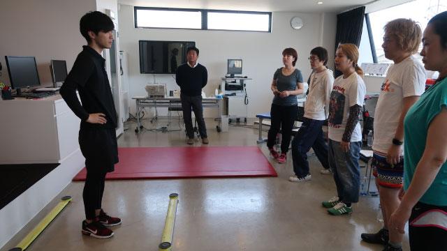 左側にいるのが中塚さん。中塚さんの説明を熱心に聞く参加メンバー