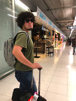 スワンナプーム国際空港にて。東南アジアでは必需品であるサングラスを忘れてきたことに気づき、空港内のセブンイレブンで購入するもタイランドスタイルが似合わなすぎて凄まじいまでの胡散臭さを醸し出す。不審だ。