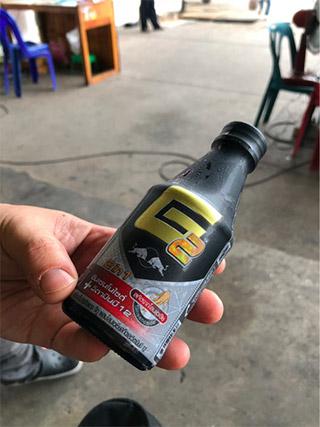 いかにも効きそうなデザインのレッドブルを飲んでミニバスを待つ。よく「タイのレッドブルは日本のよりスゴい」という話を聞くが、実際のところどうなんだろう。