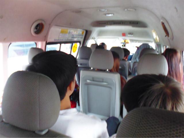 ミニバス(というかバン)にミチッと詰め込まれ、まずはカンチャナブリの中心部へ。この行程で2時間かかる。