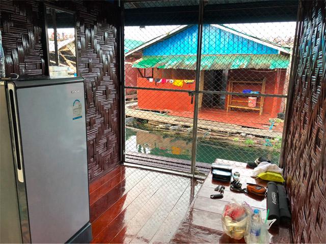 隣家(普通に現地の方が住んでいる)と空間を区切るのは金網のみ。ああ日本では味わえない開放感。そして四方を水面に囲まれて過ごす贅沢。魚取り放題。