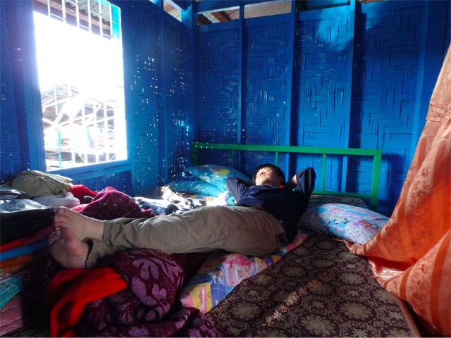 魚を捕るのに疲れたら(飽きたら、ではない)、めいめい好きなタイミングで好きなだけ寝る。