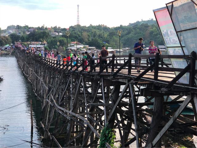 水上家屋のすぐ近くにはタイで一番長い木造橋であるモンブリッジやダム湖に沈んだ寺院、ワットサームプラソブといった観光地もある。が、外国人観光客よりもバンコクを始めタイ国内各地からのお客さんが多いように感じられる。