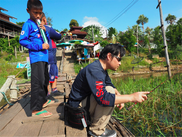一方、Iさんは捕獲方法を釣りに絞り「いかに小さな魚を釣り上げるか」という楽しみ方を追求することにしたようだ。謎の日本人の奇行を興味深そうに…もとい、訝しげに見つめる子どもたち。