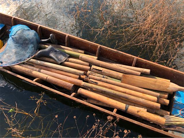 タウナギ漁に使う筒罠が大量に積まれていた。筒の底にエサを入れ、岸際の泥底に突き刺しておくのだそうだ。この時はちょうど漁の帰りだったそうだが「今日は一匹も採れなかったよ!」と笑っていた。生活、大丈夫か!?