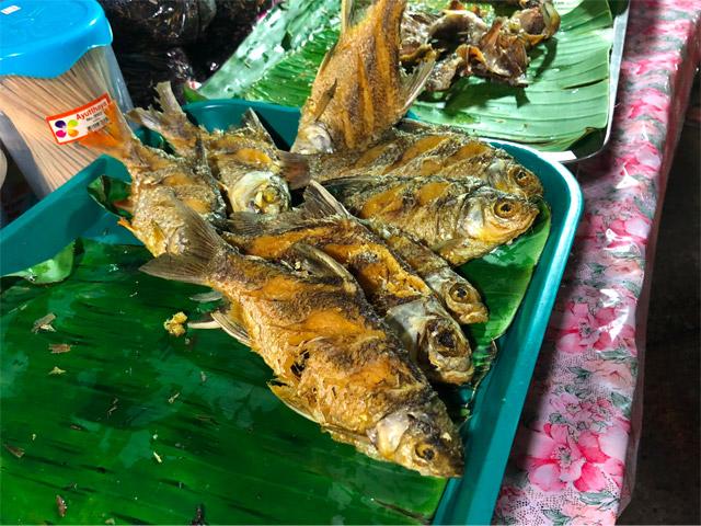 ダムで捕れた魚の唐揚げを買って食べた。「あー…まあそうだよね!」という味だった。