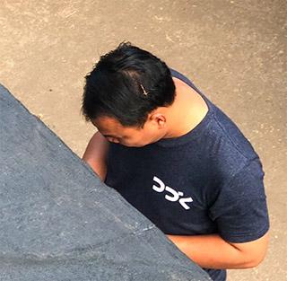 市場の写真に写り込んでいたおっさんのTシャツがセンスよかった。前向きですね。