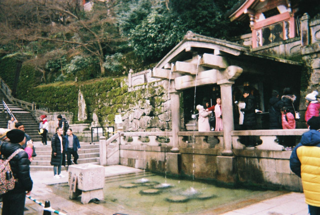 清水寺には音羽の滝というものがあり、飲むと延命長寿/恋愛成就/学業成就などご利益がある水が流れている