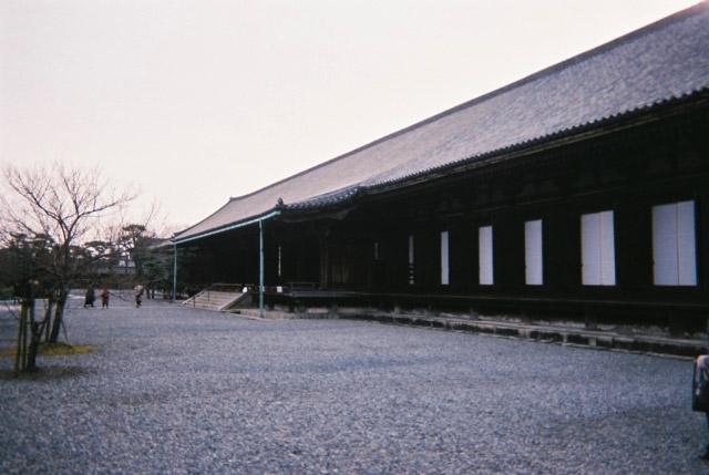 三十三間堂という名前はお堂の中の柱間が33あるという建築的な特徴からきている。それから「三十三」という数字は、観音に縁があるともされているらしい。
