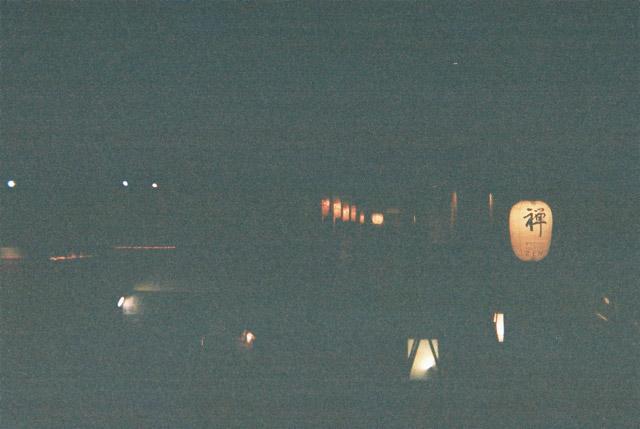 そんなこんなで宿に着いてゆっくりしているうちに、気づけば外は暗くなっていた。ラストに京都の夜の町並みのカッコイイ写真を撮ろうと思ったら、ちゃんと写っていなかった。なんとも締まらない写真である。