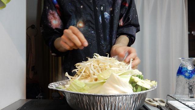 ニンニクと唐辛子を入れて野菜を煮込む。