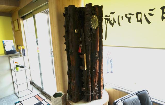 事務所内でひときわ異彩を放っていたオブジェ。昔、シロアリに食われて撤去した学校の柱を展示しているとの事。
