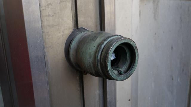 隣のビルの単口送水口、これも貴重な品だ。 「隣のビルはうちよりもさらに古いですから」