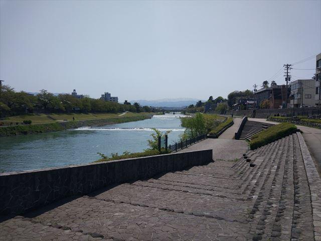 そう、河川敷!ここでしか撮れないものがあるからね。なぜならば、インドといえばあの川があるから…。