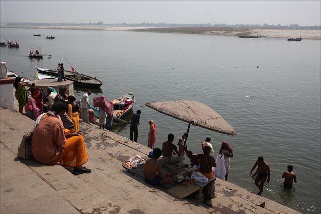 インド写真3、『バナラシ・ガンジス川の午前中の風景。対岸は不浄の地と言われているので誰もいません』