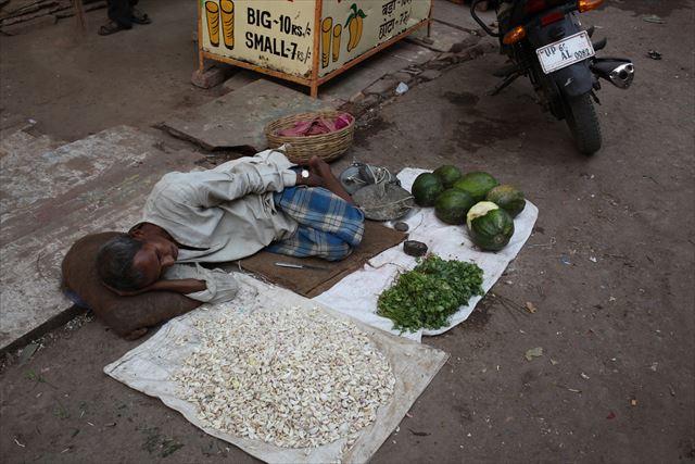 インド写真5、『場所はバナラシだと思います。インドはこうやって路上で野菜や雑貨を売る人が多いんですが、だいたいみんなやる気がないです』