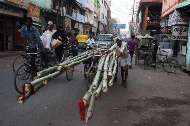 インド写真7、『インドでは建築の足場を竹で組んでいました。資材を運ぶのは自転車です』