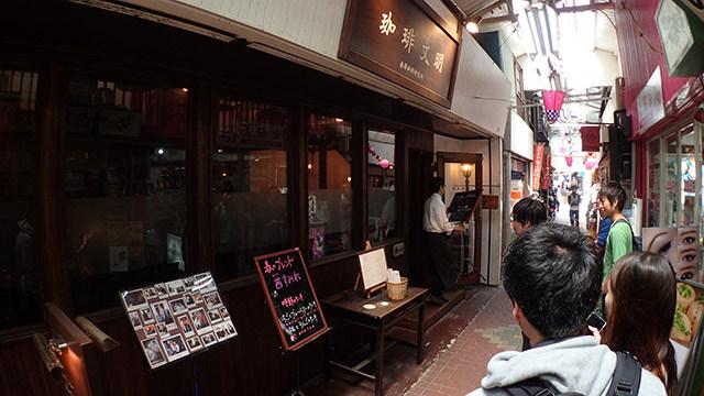 人気店。開店前からちょっとした行列ができていました。