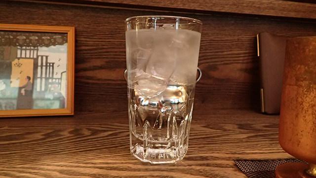 一緒にアイスコーヒーよりもでかい水がついてくる。このあとおかわりして2杯飲んだ。
