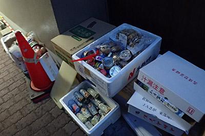 居酒屋の裏のオープンスペースに放置されていた保冷箱。たぶんこの日の食材。
