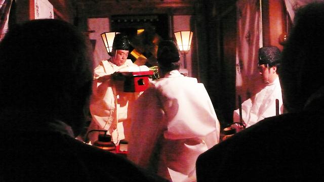 氏子の持参した二又大根、白酒を供える本宮祭