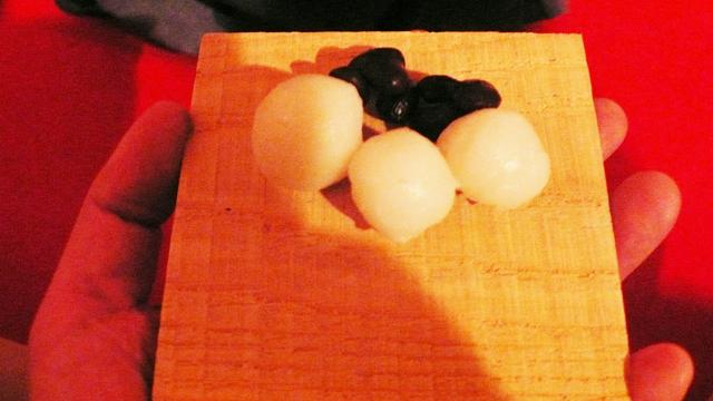 小粒餅、茹で小豆が栗の木の板に乗せられている。神のパワーをいただくってやつ