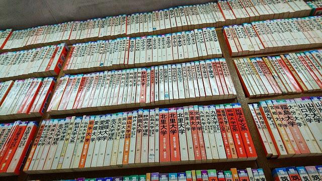 色あせた本から年季を感じる。80年代のものも多い
