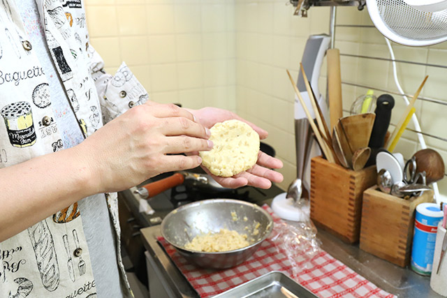 する必要はないだろう、と思いつつも、こねたタネを手のひらに叩きつけて中の空気を抜く。でもこれパン粉なんだ。