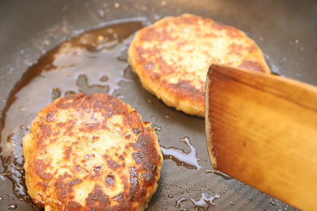 フライパン上で急激に増すハンバーグ感。たぶんパン粉とタマネギにも、自分たちに今なにが起きているか分かってないと思う。