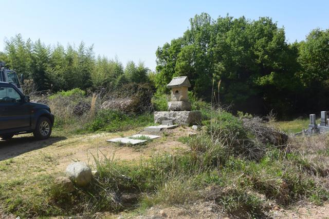 丁場に向かう道の途中には石の祠がある。