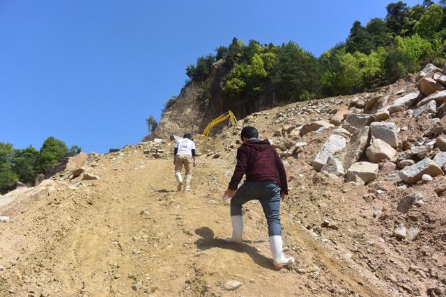 さらに傾斜45度くらいありそうな坂を上る。