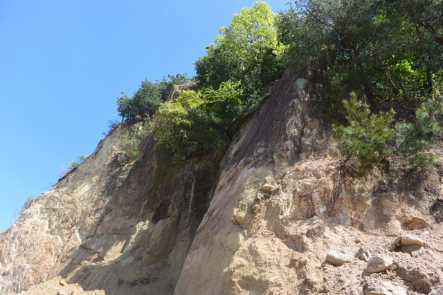薄いピンクの岩肌を想像していたけどベージュに近い。