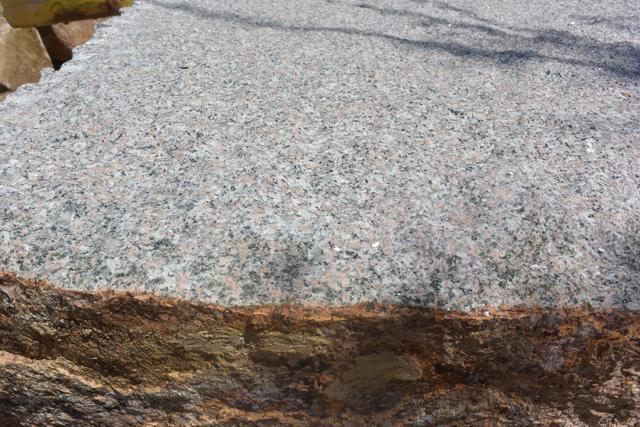 それもそのはず、万成石の表面は茶色で、内側がピンクなのだ。
