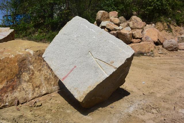 切り出した石。V字の溝は発破の跡。割りたい向きにVを作る。