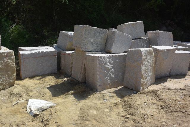 そして切り出した石はおおまかに形が整えられる。
