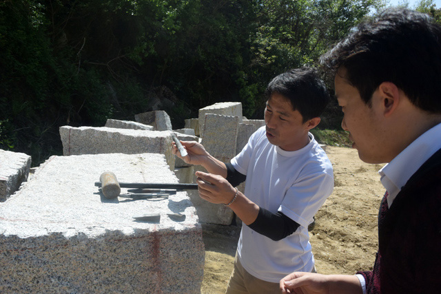 説明してくれる高橋さん。石は押す力にはめっぽう強いが、引っ張る力には弱いらしい。