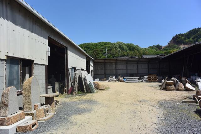 概ね形を整えた石材はさきほどの住宅地の中にある工場に運ばれる。
