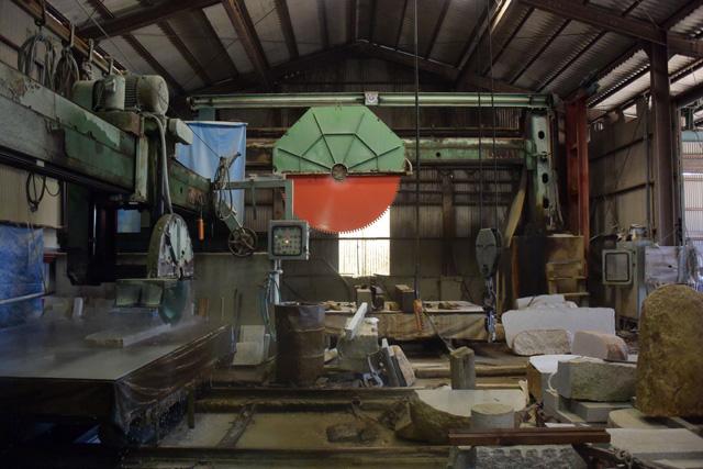 工場の中には巨大な機械が並ぶ。