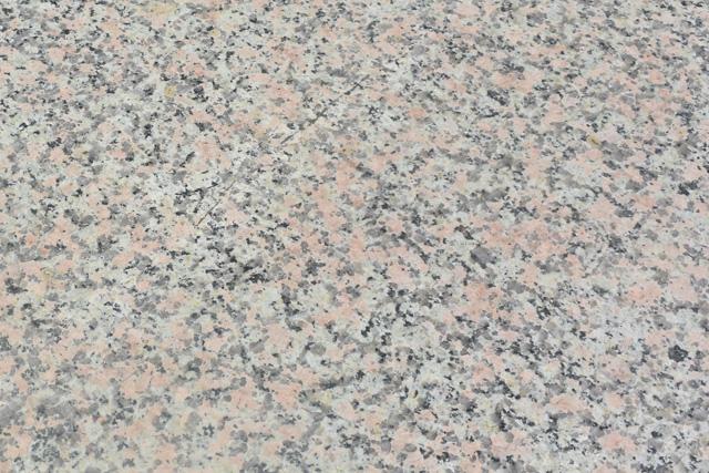 万成石は地下深くでマグマがゆっくりと冷え固まった花崗岩で、花崗岩には石英、斜長石、カリ長石、雲母などが含まれている。万成石はカリ長石がピンク色をしている珍しい石だ。