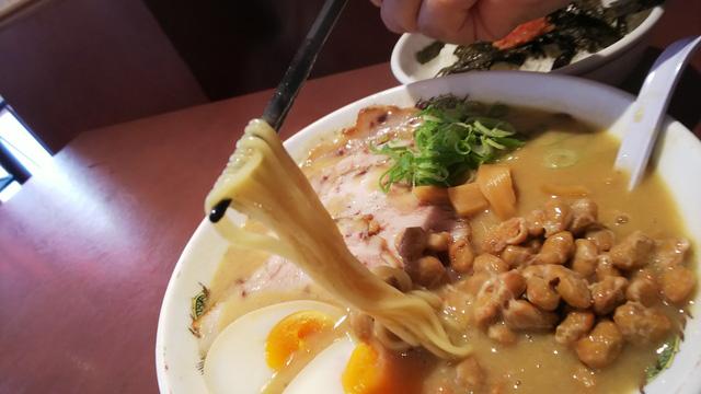 麺をスープがこれでもかと持ち上げる。