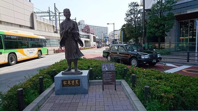 南千住駅には芭蕉像が立つ。ちなみにすぐそばには日高屋が。